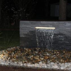 Muret d'eau en shiste gris en fonctionnement